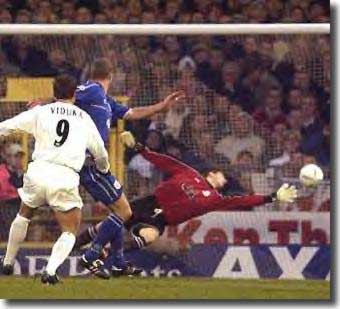 Mark Viduka gives Leeds the lead at Cardiff