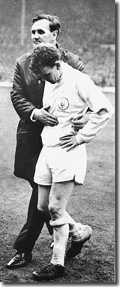 Don Revie consoles Billy Bremner following the Cup final defeat