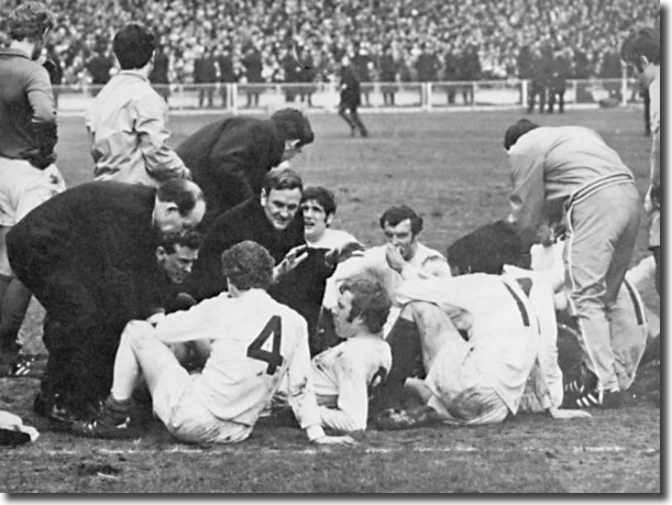 Don Revie gives his team talk before the start of extra time