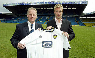 Kevin Blackwell with Rob Hulse and new United shirt after the striker signed permanently for Leeds