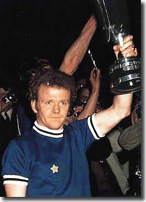 Billy Bremner raises the Fairs Cup